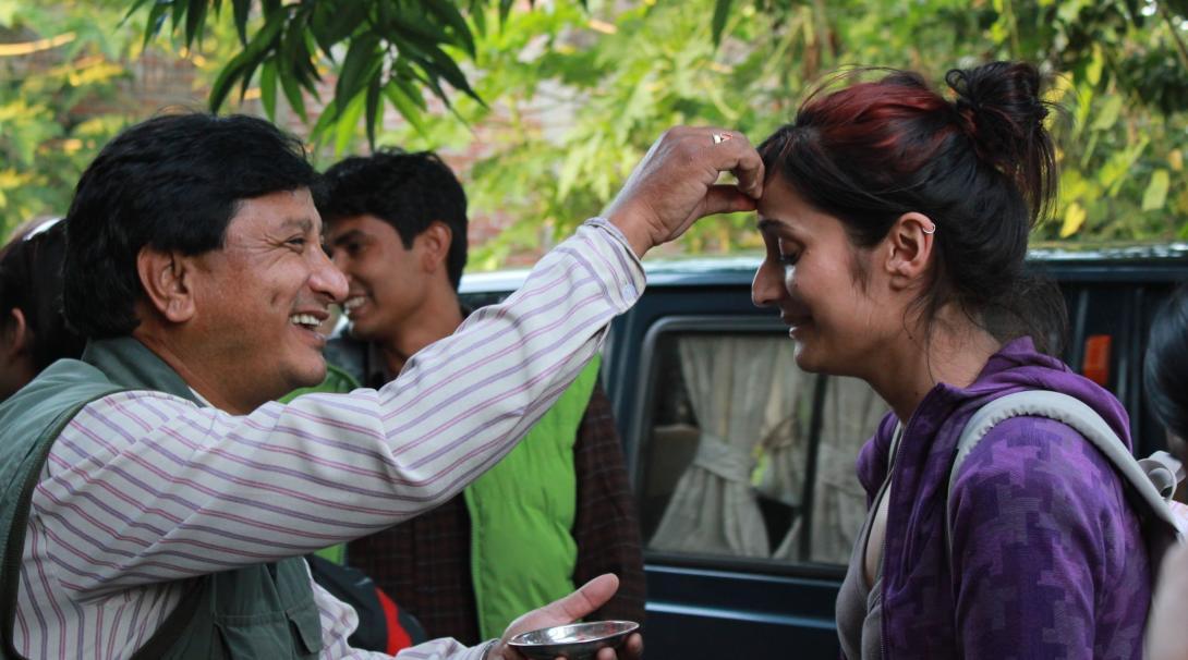 En värdfamilj ger ett varmt välkomnande till volontärerna när de anländer i deras nya destination.